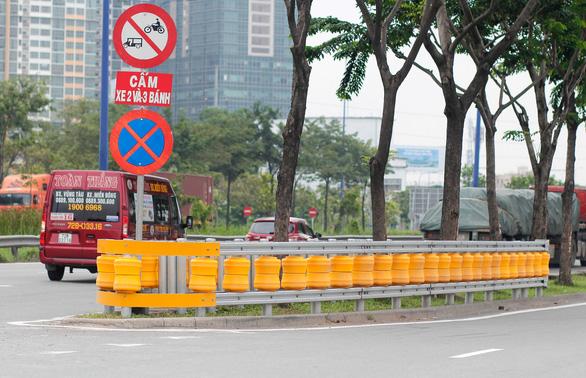 Lắp hộ lan bánh xoay trên đường Mai Chí Thọ để giảm tai nạn giao thông - Ảnh 1.