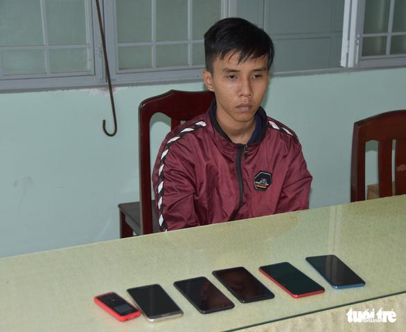 Bắt nghi phạm chuyên vào bệnh viện trộm điện thoại - Ảnh 1.