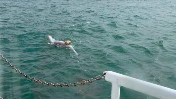 Mới lành ung thư, bơi suốt hơn 2 ngày không ngừng nghỉ - Ảnh 3.