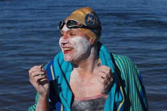 Mới lành ung thư, bơi suốt hơn 2 ngày không ngừng nghỉ - Ảnh 1.