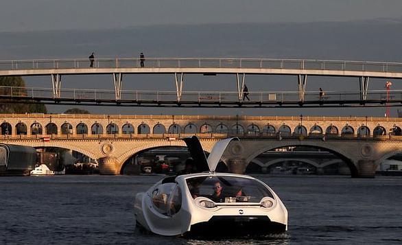 Video taxi 'bay' trên sông Seine - Ảnh 4.
