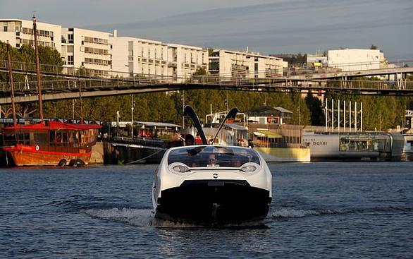 Video taxi 'bay' trên sông Seine - Ảnh 3.