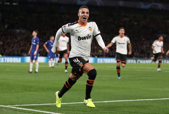 Barkley sút hỏng penalty, Chelsea gục ngã trước Valencia - Ảnh 1.