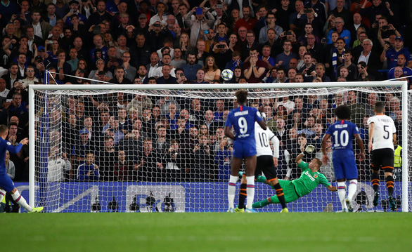 Barkley sút hỏng penalty, Chelsea gục ngã trước Valencia - Ảnh 2.