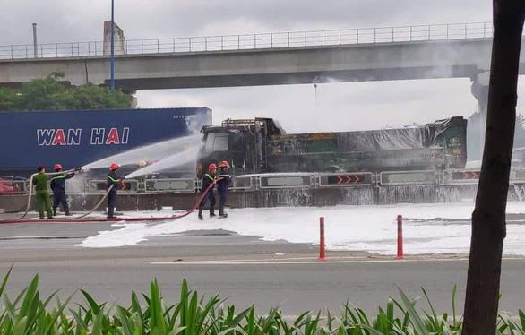 Xe ben đang chạy bốc cháy dữ dội trên xa lộ Hà Nội - Ảnh 2.
