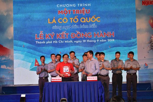 Trao tặng 1 triệu lá cờ Tổ quốc cho ngư dân bám biển - Ảnh 1.