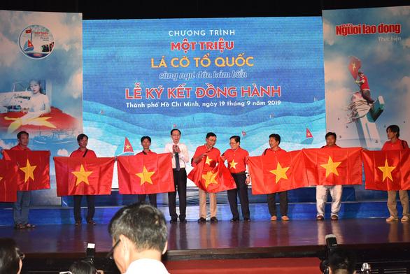 Trao tặng 1 triệu lá cờ Tổ quốc cho ngư dân bám biển - Ảnh 2.
