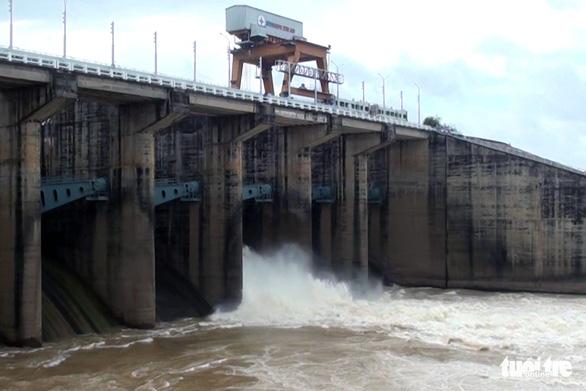 Nước về nhiều, thủy điện Trị An liên tục tăng lưu lượng xả tràn - Ảnh 1.