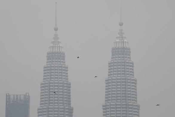 Malaysia đóng cửa hơn 1.200 trường học do khói ô nhiễm từ Indonesia - Ảnh 1.