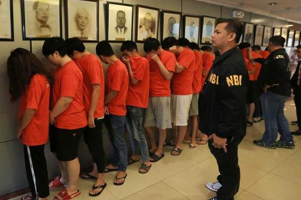 Đột kích bắt hơn 320 người Trung Quốc lừa đảo qua mạng - Ảnh 1.
