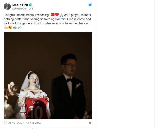 Cô dâu tặng chú rể áo đấu của Ozil trong ngày cưới - Ảnh 1.