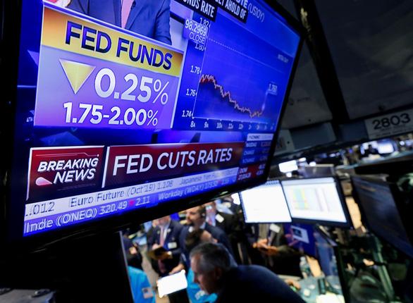 FED giảm lãi suất: chứng khoán tăng, đồng USD mạnh lên - Ảnh 1.