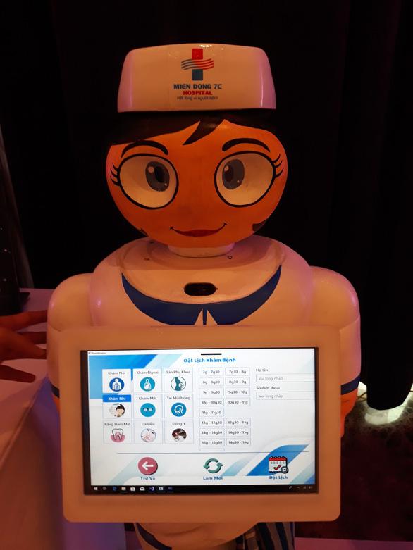 Lần đầu ứng dụng robot hỗ trợ người bệnh và lau dọn vệ sinh - Ảnh 2.