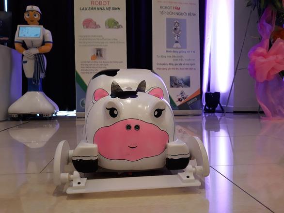 Lần đầu ứng dụng robot hỗ trợ người bệnh và lau dọn vệ sinh - Ảnh 3.
