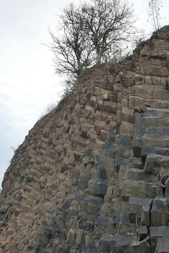 Phát hiện vỉa đá dài 1km cấu tạo độc đáo giống gành Đá Đĩa - Ảnh 3.