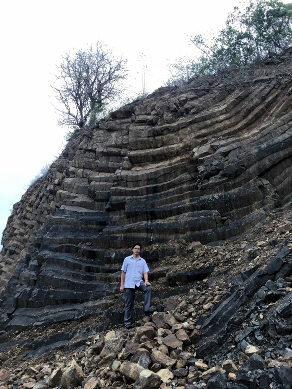 Phát hiện vỉa đá dài 1km cấu tạo độc đáo giống gành Đá Đĩa - Ảnh 1.