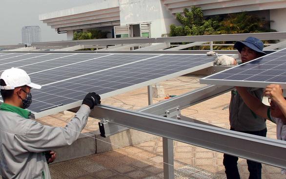 Điện mặt trời áp mái: Đầu tư chựng lại chờ giá mua điện mới - Ảnh 1.