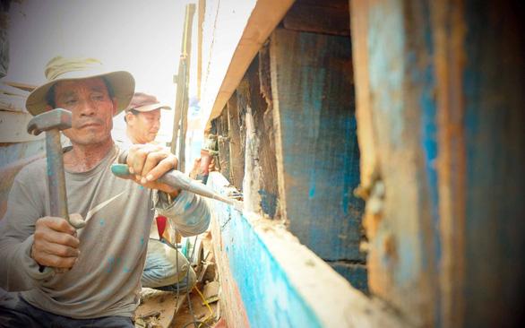 Lửa nghề truyền mãi ngàn sau - Kỳ 4: Đau đáu làng đóng tàu Cổ Lũy - Ảnh 2.