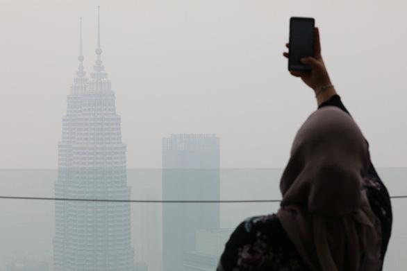 Bó tay vì khói từ Indonesia, Malaysia cầu cứu cả thần linh lẫn ASEAN - Ảnh 1.