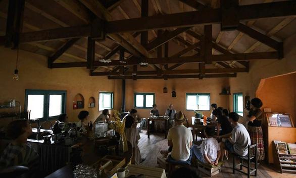 Những cộng đồng sống không dùng điện để bảo vệ thiên nhiên - Ảnh 1.