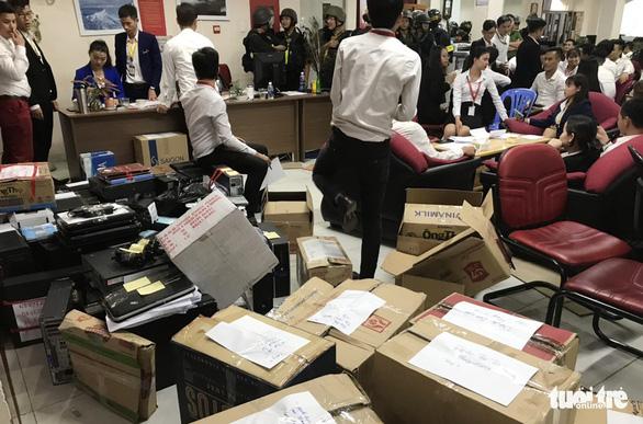 Chủ tịch và giám đốc Alibaba bị bắt, người mua ngồi trên đống lửa - Ảnh 1.