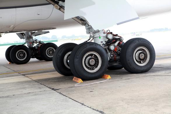 Máy bay bị cắt lốp 115 lần do vật thể lạ, Vietnam Airlines nói vẫn còn ít - Ảnh 1.