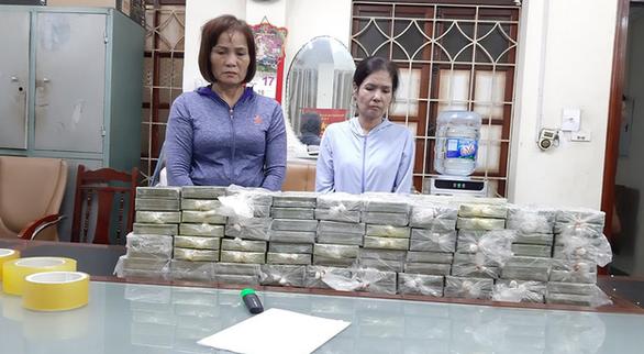 Tạm giữ khẩn cấp hai phụ nữ vận chuyển 80 bánh heroin - Ảnh 1.