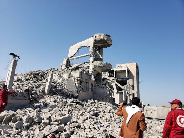 Liên quân chống Houthi không kích trúng nhà tù ở Yemen, 100 người chết - Ảnh 3.
