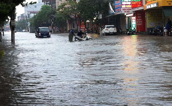 Mưa lớn, nhiều tuyến đường Hà Tĩnh thành sông - Ảnh 7.