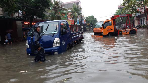 Mưa lớn, nhiều tuyến đường Hà Tĩnh thành sông - Ảnh 6.