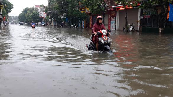 Mưa lớn, nhiều tuyến đường Hà Tĩnh thành sông - Ảnh 4.