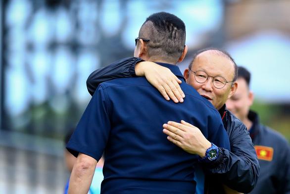 Ông Park gặp đồng đội cũ Piyapong Pue-on trên sân tập đội tuyển Việt Nam - Ảnh 2.