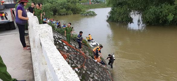 Taxi chở 3 người lao xuống sông trong đêm, một người chết, một mất tích - Ảnh 4.