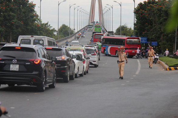 Kẹt xe cầu Rạch Miễu: Không chỉ do cầu hẹp - Ảnh 1.
