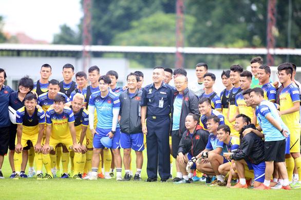 Ông Park gặp đồng đội cũ Piyapong Pue-on trên sân tập đội tuyển Việt Nam - Ảnh 4.