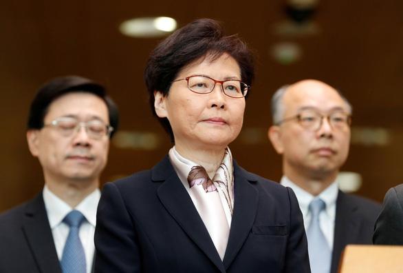 Trưởng đặc khu Hong Kong muốn từ chức và xin lỗi người dân - Ảnh 1.