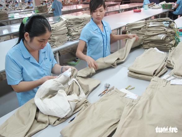Xuất khẩu dệt may, da giày có dấu hiệu bất ổn từ thương chiến Mỹ-Trung - Ảnh 1.