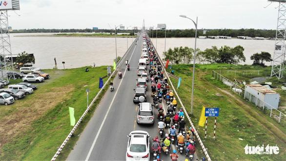 Trưng dụng cả hai làn cầu Rạch Miễu để người dân quay lại TP.HCM - Ảnh 1.
