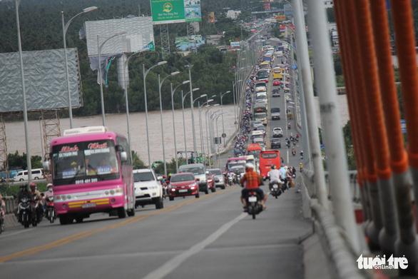 Trưng dụng cả hai làn cầu Rạch Miễu để người dân quay lại TP.HCM - Ảnh 7.
