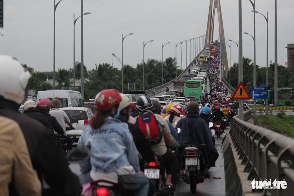 Trưng dụng cả hai làn cầu Rạch Miễu để người dân quay lại TP.HCM - Ảnh 10.