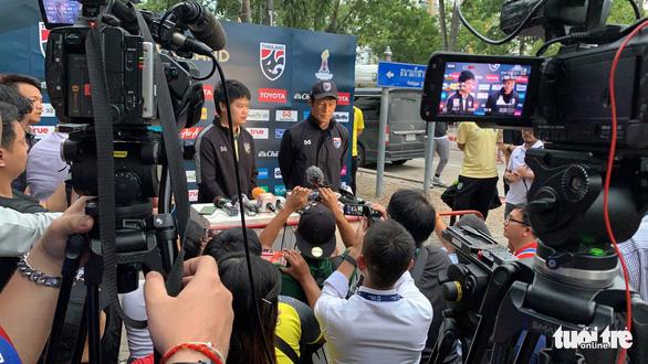 HLV Thái Lan Nishino: Tôi không thể nói, vì nhiều phóng viên Việt Nam ở đây - Ảnh 2.