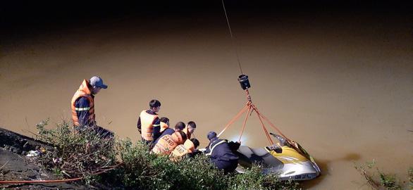 Taxi chở 3 người lao xuống sông trong đêm, một người chết, một mất tích - Ảnh 3.