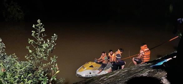 Taxi chở 3 người lao xuống sông trong đêm, một người chết, một mất tích - Ảnh 2.