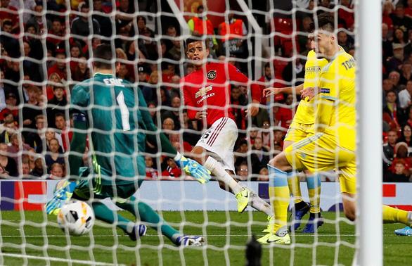 Tiền đạo 17 tuổi Greenwood độc diễn ghi bàn giúp Manchester United có 3 điểm ở Europa League - Ảnh 1.
