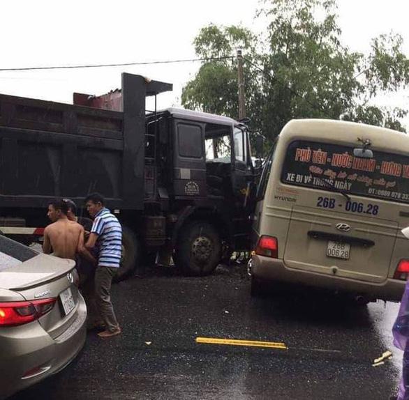 Xe khách va chạm xe ben, 6 người bị thương nặng - Ảnh 1.