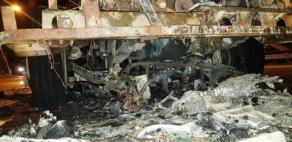 Xe đầu kéo cuốn xe máy vào gầm kéo lê rồi bốc cháy ngùn ngụt - Ảnh 3.