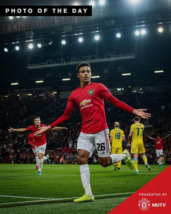 CĐV Manchester United phát cuồng với khoảnh khắc làm nên lịch sử của Greenwood - Ảnh 1.