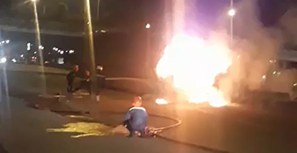 Xe đầu kéo cuốn xe máy vào gầm kéo lê rồi bốc cháy ngùn ngụt - Ảnh 1.