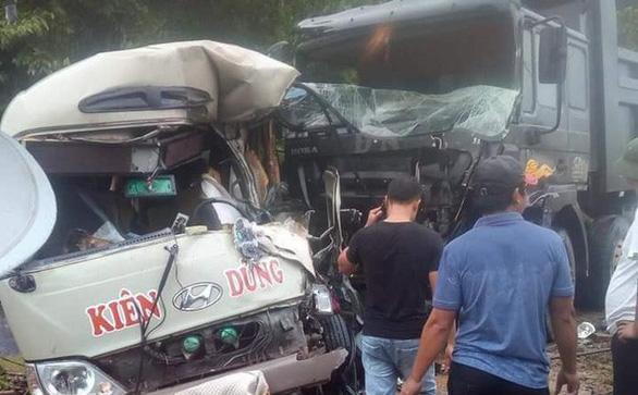 Xe khách va chạm xe ben, 6 người bị thương nặng - Ảnh 2.