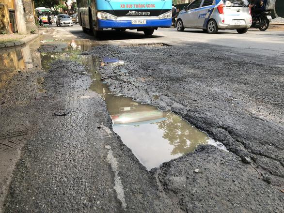 Con đường đau khổ ở Hà Nội vì đào lên lấp xuống - Ảnh 4.